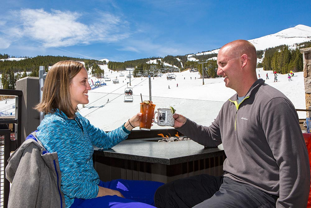 Watching skiers & snowboarders while having a drink at Robbie's